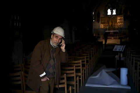 Kirkebyggsjef Arne Tveit fikk en travel og intens start på dagen. Her står han i Mariakirken.
