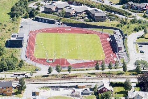 Arna idrettspark får kunstgress i sommer, mens friidretten må vente til 2020 med kastfelt.
