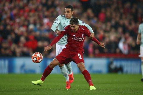Roberto Firmino i duell med Bayern Münchens  og  Thiago Alcantara i de første kampen mellom Liverpool og Bayern München som endte 0-0.  (AP Photo/Dave Thompson)