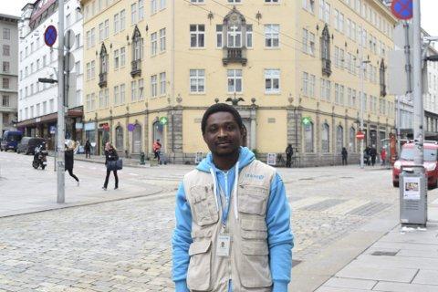 Feltverver for Unicef, Tettes Herbert, stiller seg undrende til at det ikke lenge vil være lov å verve folk fra gaten. Han erfarer at de fleste er positive når han tar kontakt. foto: Amund Karseth