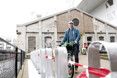 NY: Sykkelsjef i Bergen kommune Einar Grieg er fornøyd med at bysykkelordningen nå vil dekke langt større deler av Bergen.  Her viser han frem den nye stasjonen ved Bunnprisbutikken like ved Småpudden som snart får sykler på plass. FOTO: SKJALG EKELAND