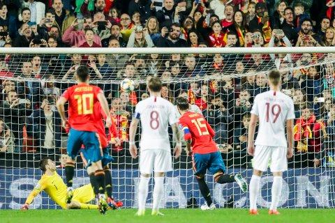 Spanias Sergio Ramos scorer på straffe i EM-kvalifiseringskampen mellom Spania og Norge på Estadio Mestalla i Valencia.