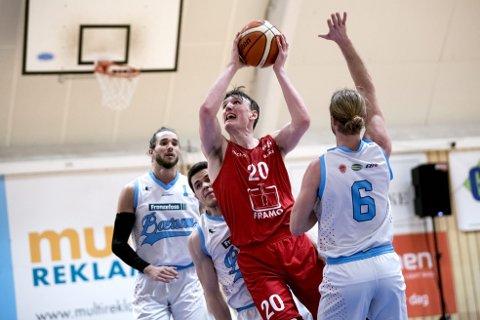 Eivind Lamo (22) leverte 24 poeng da Gimle slo Bærum i første semifinalekamp i går, men var kritisk til seg selv etterpå. – Jeg startet jo ganske dårlig og bommet på noen enkle skudd, sier 22-åringen. Foto: Skjalg Ekeland