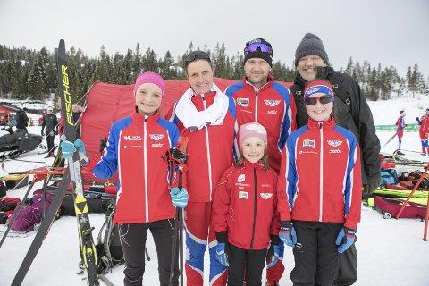 SKIFAMILIE: Hele familien Hopsnes er aktive turgåere. Fra venstre: Marie Hopsnes (13), Solveig Hopsnes, Roald Hopsnes, morfar Arve Strandenes. Foran står Ida (6) og Kristin (11). – Mange av dem jeg gikk mot som ung er her i dag med barna sine i dag, sier far Roald.FOTO: BERNT-ERIK HAALAND