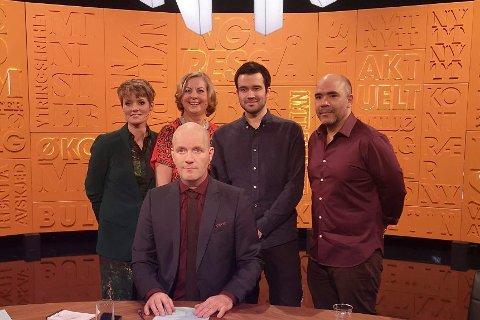 Stian Sævig tuller med dagsaktuelle saker i kveldens «Nytt på nytt» sammen med Pernille Sørensen, Berit Svendsen, Bård Tufte Johansen og Johan Golden.