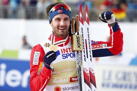 Hans Christer Holund med gullmedaljen etter 50 km fellesstart fri teknikk i ski-VM i Seefeld.