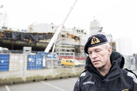 KNM Helge Ingstad er ankommet Haakonsvern og arbeidet med å redde komponenter er i gang. Her er sjef i Sjøforsvaret, Nils-Andreas Stensønes, under mandagens pressebrief.