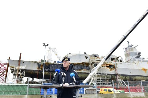 Sjøforsvarssjefen Nils Andreas Stensønes foran KNM «Helge Ingstad».