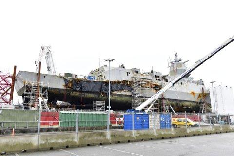 Mandag 4. mars ble KNM «Helge Ingstad» vist frem for pressen etter hevingsoperasjonen. Nå skal fregatten sjøsettes.
