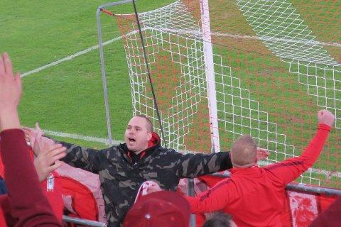 Typete type viser hvor lang avstand det er ned til Rosenborg. Mann i rødt bekrefter påstanden.