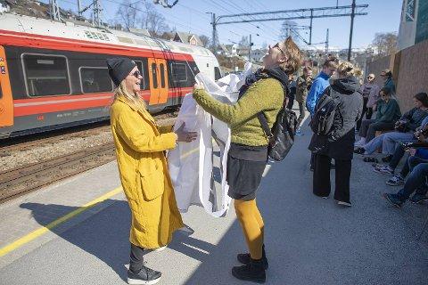 Inger W. Seljestad (t.h.) og festivalsjef Trude Storheim var på plass for å ta imot «Jazztoget» fra Oslo fredag ettermiddag.