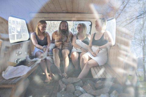 Saksofonist Trygve Seim fikk en campingvogn-badstu til 40-årsdagen for snart åtte år siden. – Vi er en gjeng som prøver å bade året rundt i Oslo, og denne vognen følger meg rundt i landet på diverse jobber, sier Seim, her med musikerkollegaene Helene Høye (t.v.), Sinnika Langeland og Oddrun Lilja Jonsdottir. alle foto: kai flatekvål