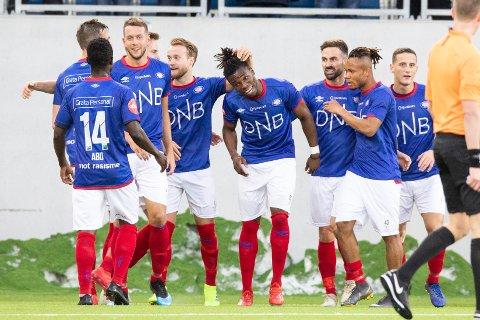 Vålerenga-spillerne jubler etter seieren hjemme på Intility Arena mot Mjøndalen. Foto: Audun Braastad / NTB scanpix
