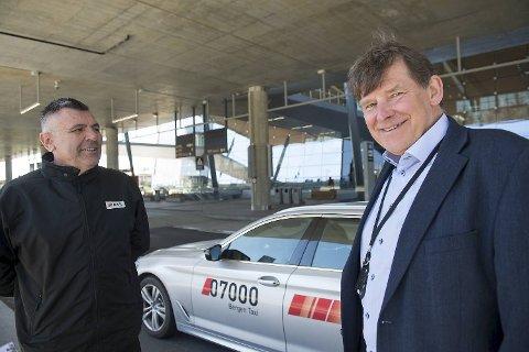 Edin Numanovic har jobbet som taxisjåfør i 16 år. Han er ikke helt sikker på om alle drosjene faktisk kommer til å byttes ut innen fire år. Her er han sammen med Jan Valeur, daglig leder i Bergen taxi.