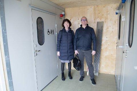 Toaletter er på plass i Skur 11 på Torget. Her er direktør i Bymiljøetaten Lise Reinertsen og avdelingsleder Morten Strøm.