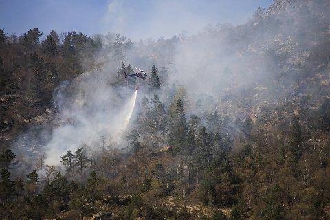 Brannvesenet brukte et helikopter med vannpose for å få kontroll på flammene på Løvstakken langfredag.