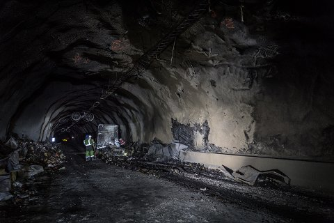 Det brant i Gudvangatunnelen senest 30. mars i år. Geir A. Mo i lastebileierforbundet sier undersjøiske tunneler og tunneler med stigning er uheldige.