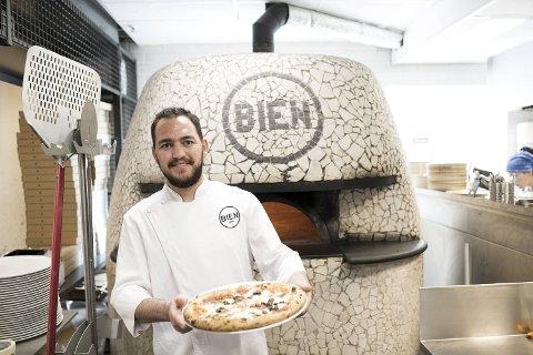 Pizzachef Alex Zeno lager pizza Napoletana med oliven, kapers og ansjos. Ovnen holder 450 grader, pizzaen stekes på et minutt eller to.