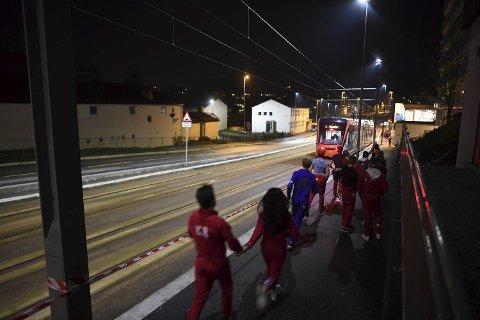 Politiet satte opp sperrebånd langs bybanetraseen fra Bergenshallen og ned til Sletten senter. Dette for at russen ikke skulle falle ut foran Bybanen.