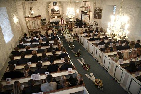 Før begravelsen ble det lagt ned blomsterkranser i midtgangen i kirken.