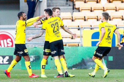 Lillestrøm-spillere jubler for Thomas Lehne Olsens (i midten) andre mål mot Ranheim på Åråsen. Søndag venter en tff match mot formsterke Haugesund. Det er en motstander de står uten treponeger mot på de seks siste kampene.  Foto: Terje Pedersen / NTB scanpix