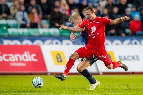 Branns Veton Berisha kjemper om ballen mot Stabæks Andreas Hanche-Olsen.