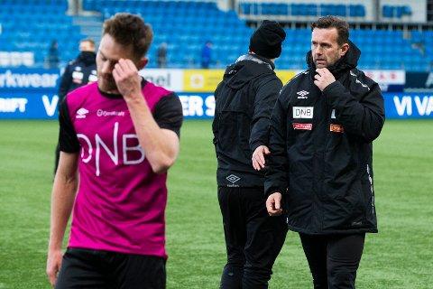 Vålerengas trener Ronny Deila fotviler etter 1-4-tapet mot Molde. På fire bortekamper denne sesongen sår VIF kun med to poeng. De har ennå til gode å vinne, og søndag venter en tøff bortebatalje mot Ranheim.  Foto: Svein Ove Ekornesvåg / NTB scanpix