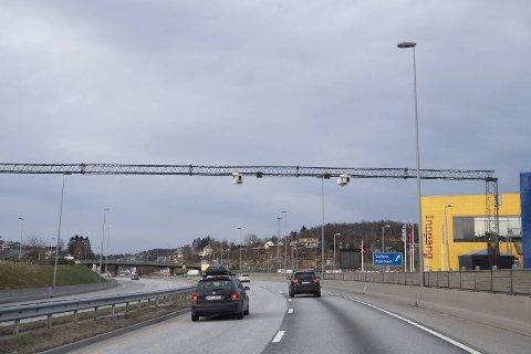 Om bomringen i Bergen i staden skulle finansierast over skattesetelen vil det koste 12,6 kroner for alle per dag, ifølge ein fersk rapport frå Urbanet Analyse. Her frå ytre bomring i Åsane ved Ikea.