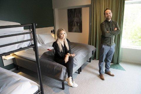 Markedssjef Dorthea Berge og daglig leder Eivind Hjulstad i Citybox tok i helgen imot hotellets første gjester på Danmarks plass. Her viser de frem et av familierommene.