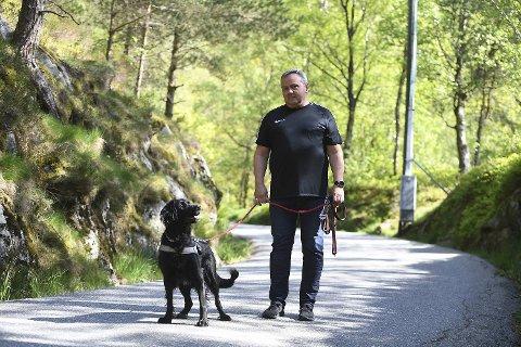 Odd Eikeland (59) og Missy (7) går tur tre ganger om dagen i svingene opp mot Munkebotsvatnet. Det er ikke alltid like fredfullt, ifølge Eikeland.