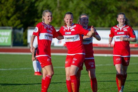 Elise Alsaker Kvinge jubler etter scoring.