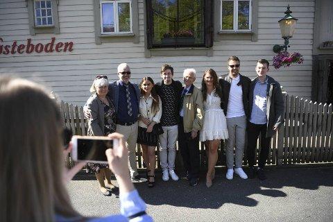 Alan Walker tok med seg familien på avdukingen torsdag. Fra venstre er moren Hilde, faren Philip, kjæresten Viivi Niemi, Alan Walker, bestefaren Olav, søsteren Camilla og søsterens kjæreste, Joakim, og Walkers bror, Andreas.