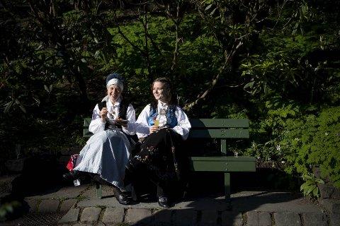 Randi Vaage Nordihus og Hedda Strand Dybevik koste seg med frokost på en benk i Muséhagen.