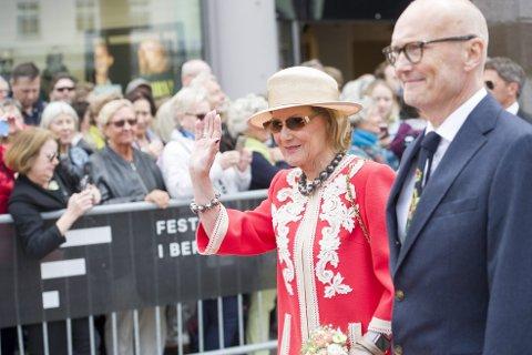 Dronningen kommer: Festspilldirektør Anders Beyer får dronning Sonja ved sin side under åpningen av Festspillene. I år er åpningen på Edvard Griegs plass utenfor Grieghallen, og starter onsdag kl. 12.30. Arkivfoto: Magne Turøy