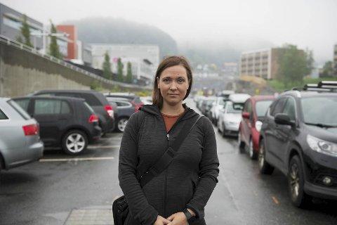 Natalie Villanger (28) jobber på Oasen. Hun pendler fra Lindås og bruker innfartsparkeringen utenfor senteret. Mandag må hun finne en ny løsning.