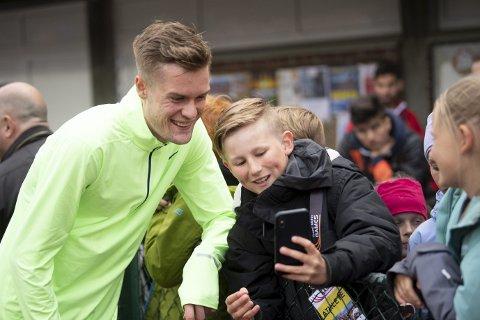 Emil Lyssand (12) fra Os var en av de mange som fikk tatt en selfie sammen med Filip Ingebrigtsen på Fana Stadion onsdag.