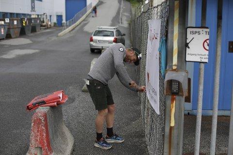 General for 7-fjellsturen, Arne Kristian Glück-Teigland, tar ned plaktatene fra startområdet. Nå skal han til målområdet i Marken for å vente på slitne turgåere.