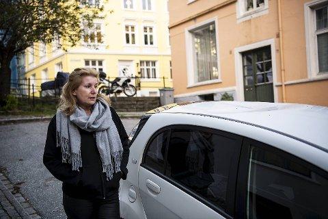 Kathrin Hansen er oppgitt over at noen har gått, hoppet eller danset på taket til bilen hennes i løpet av helgen.