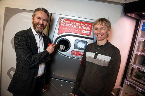 (f.v) Kjell Olav Maldum i Infinitum og Rolf Eriksen, leder i Vinmonopolets miljøarbeid. Foto: Innsendt