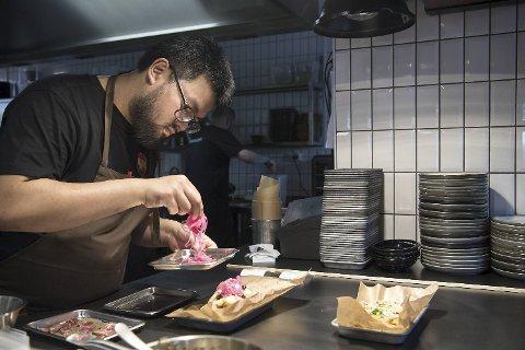 JAJA har «street food» på menyen, men JAJA mangler ennå en del på å lykkes med sine retter, mener våre anmeldere. Her tilbereder kjøkkensjef Khan Doan steam buns.