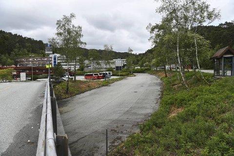 Høyre ønsker at denne parkeringsplassen på Spelhaugen skal bli ny innfartsparkering.