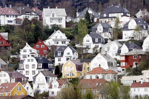 Kjøpelysten i boligmarkedet i Bergen er rekordstor og omsetningstiden er rask, men utvalget er begrenset under koronakrisen. For første gang på åtte måneder ser vi et lite fall i boligprisene.