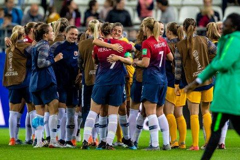Maren Mjelde og de norske fotballjentene fikk en pangstart i VM med 3-0 seier mot Nigeria. Foto: Stian Lysberg Solum / NTB scanpix