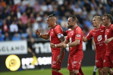 Branns Vito Wormgoor (fra venstre), Veton Berisha, Taijo Teniste og Petter Strand feirer 1-0-målet mot Haugesund.
