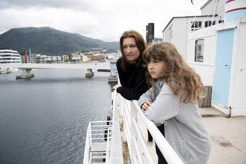 Bergen kommune vil at mamma Tone Bergsvåg og datteren Dina (10) skal flytte fergen de bor i fra den faste kaiplassen på Damsgård.
