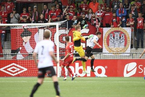 Eirik Holmen Johansen i duellen med Sogndals Sigurd Haugen som ga hjemmelaget straffe etter 25 minutter.
