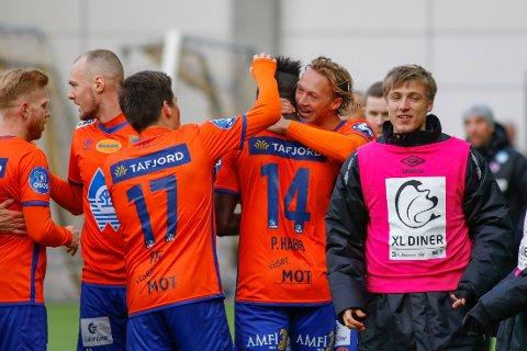 Aalesund-spillerne jubler etter målet til Pape Habib Gueye (14) mot  Start. Vi tror det blir mer jubel i Jugend-byen i dag.  Foto: Tor Erik Schrøder / NTB scanpix