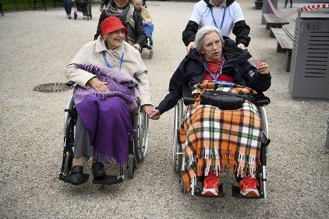 Jorunn Mikkelsen (93) og Anne Margrethe Heggøy (83) gikk i mål hånd i hånd.