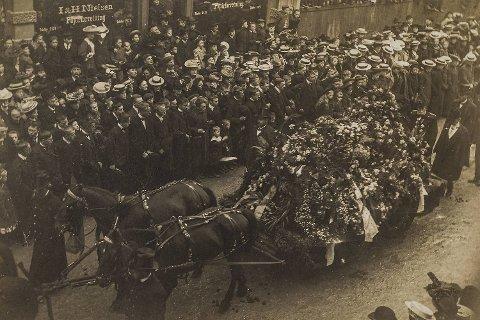 Edvard Griegs (1843-1907) begravelsesopptog høsten 1907 fungerte som effektiv                  reklameplakat for kremasjon. I kremasjonstidsskriftet «Baalfærden» het det blant annet om Griegs bisettelse: «Mere end mange Aars Agitation har dette virket for vor sag i den store Offentlighed, der er saa vanskelig at vinde for noget Nyt».