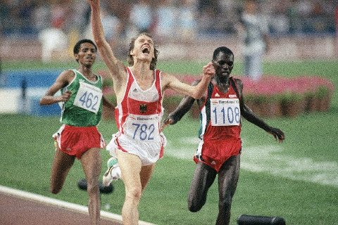 Sprinteren Fita Bayisa fra Etiopia (til venstre i bildet) er et godt eksempel på at navn kan ha forskjellig betydning i ulike land. Her vinner Fita bronse under et idrettsstevne i Barcelona på 90-tallet. Foto: AP Photo/Armando Tovati
